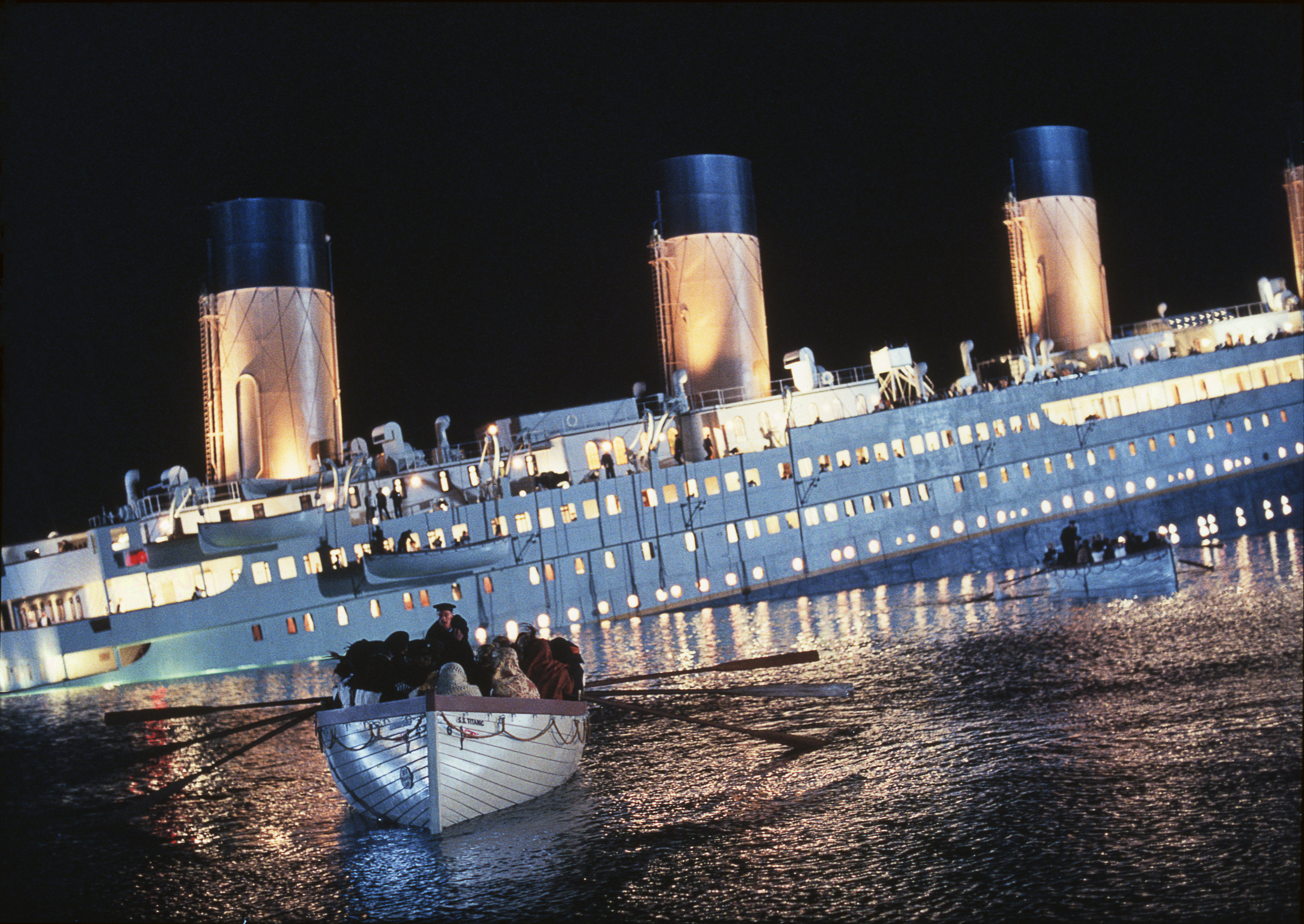 O naufrágio do Titanic é consequência da negação ao contraditório. O dono da White Star (empresa de navegação) exigiu que o Comandante navegasse em velocidade máxima, para chegar em Nova Iorque antes do prazo. O Comandante, sabendo dos perigos de acelerar numa época do ano de forte degelo, com alto risco de fragmentação de icebergs no caminho, tentou argumentar, mas acabou cedendo...