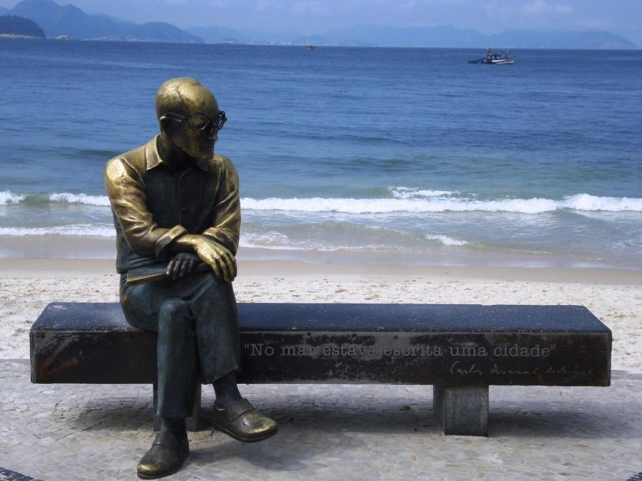 Imagem: homenagem a Carlos Drummond de Andrade na Praia de Copacabana